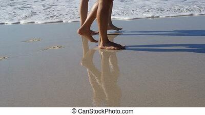ensemble, plage, marche, 4k, couple, romantique