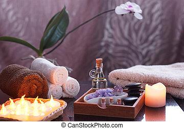ensemble, pour, spa, traitements, à, électrique, brûlé, bougies, et, terry, towels., dans, a, boîte bois, huile, et, pierres, pour, masage, pourpre, sel, et, améthyste, une, orchidée, dans, les, fond