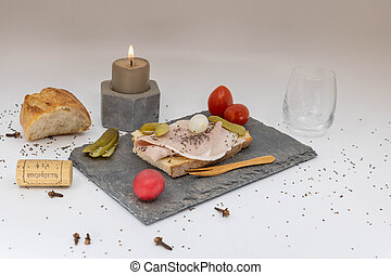 ensemble, romantique, lueur bougie, tv, plats, élégant, dîner