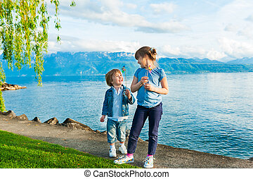 ensoleillé, ensemble, jouer, enfants, adorable, jour, gentil