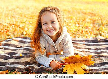 ensoleillé, jaune, avoir, automne, mensonge, pousse feuilles, enfant, amusement, portrait, sourire, jour, érable, heureux