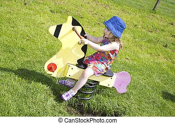 ensoleillé, parc, jouer, femme, enfantqui commence à marcher, jour