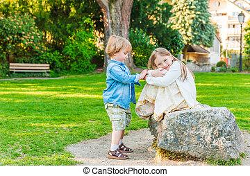 ensoleillé, parc, jour, enfants, adorable, jouer, gentil
