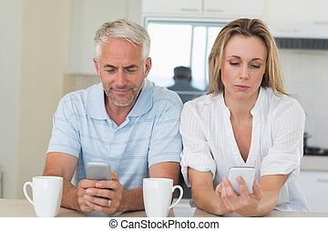 entfernt, paar, sitzen, an, der, bankschalter, texting, und,...