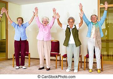 enthousiaste, femmes, groupe, personne agee, heureux