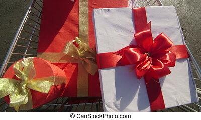 entiers, achats, cadeau, acheteur, pousser, charrette, boîtes, lot, stationnement, long
