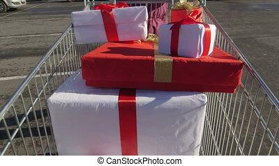 entiers, achats, cadeau, acheteur, voiture, pousser, charrette, boîtes, sien, lot, stationnement, long