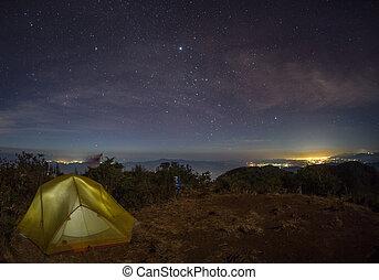 entiers, lueurs, sous, ciel, stars., nuit, tente