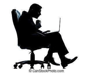 entiers, silhouette, business, séance, fauteuil, calculer, isolé, une, longueur, informatique, studio, fond, caucasien blanc, surpris, homme
