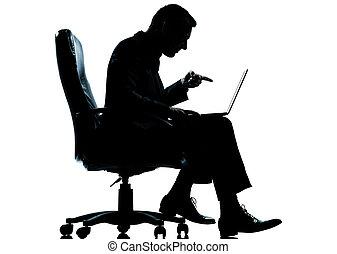 entiers, silhouette, pointage, business, calculer, fauteuil, séance, isolé, une, longueur, informatique, studio, fond, caucasien blanc, homme