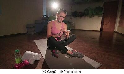 entraîneur, crane:, femme, jib, personnel, app, téléphone, fitness, utilisation, gymnase, intelligent