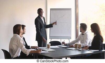 entraîneur, donner, diagramme, chiquenaude, américain, atelier, orateur, africaine, homme affaires, présentation