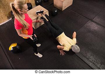 entraîneur, femme, crossfit, gens, sain, jeune, formation, fitness, poussée, sport, augmente, homme