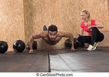 entraîneur, femme, crossfit, gens, sain, jeune, hispanique, formation, fitness, poussée, sport, augmente, homme