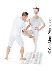 entraîneur, femme, pose yoga, arbre, isolé, séduisant, pratiquer, blond, blanc