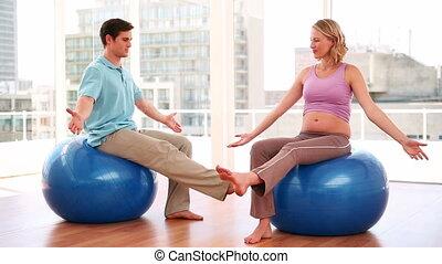 entraîneur, femme, yoga, pregnant