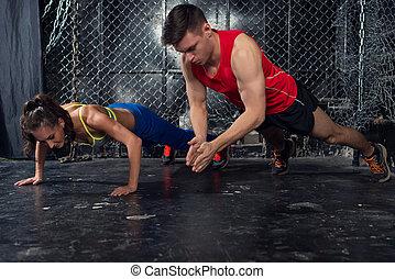 entraîneur, formation, femme, explosif, pousées, crise, applaudir, strenght, puissance, concept, sportsmen., homme, fitness, séance entraînement, mâle, force, crossfit