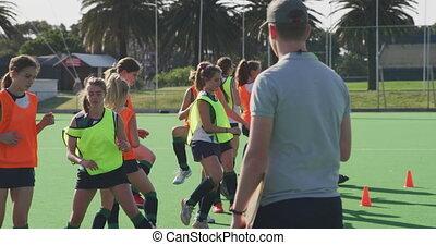 entraîneur, joueurs, exercisme, femme, regarder, présentez hockey