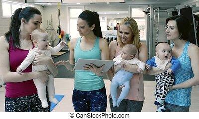entraîneur, mères, personnel, tablet., gymnase, bébés
