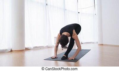 entraîneur, mouvements, jeune, matin, mouvement, lent, pilates, devant, leçon