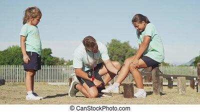 entraîneur, regarder, girl, caucasien, blessure