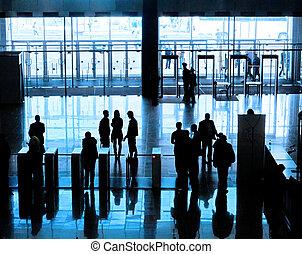 entrada, a, edificio moderno, y, gente, siluetas