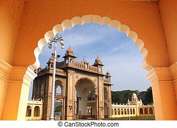 entrada, de, majestuoso, mysore, palacio, de, un, arch., el, palacio, es, un, histórico, monumento, localizado, en, mysore, en, sur, karnataka, india, y, es, un, inmenso, turista, attraction.
