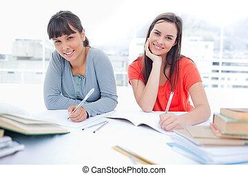 entrambi, sguardo, lei, insieme, macchina fotografica, amico, essi, sorriso, ragazza, compito