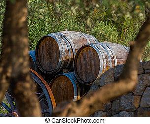Tonneaux devant l'entree d'une propriete viticole en Provence