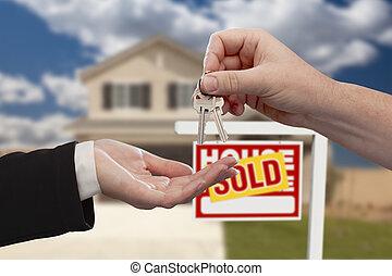 entrega, el, teclas de casa, delante de, vendido, nuevo hogar