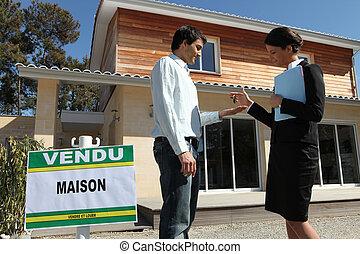entregar, propiedad, llaves, encima, agente, nuevo hogar