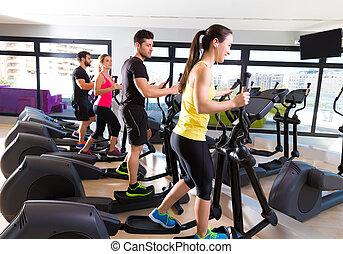 entrenador, grupo, gimnasio, aeróbicos, elíptico, paseante