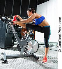 entrenador, mujer, monitor, extensión, girar, aeróbicos