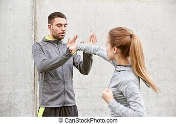 entrenador, mujer, trabajando, defensa propia, huelga hacia...