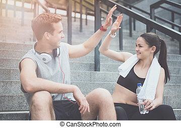 entrenamiento, atlético, alto, dar cinco, amigos, antes