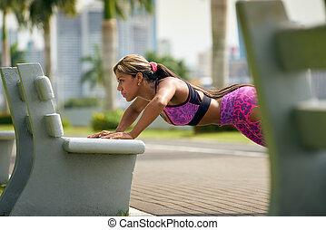 entrenamiento, mujer, bench-2, pushups, pectorales, calle