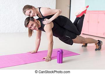 entrenamiento, mujer, concepto, estilo de vida, gimnasio, colocar, espalda, o, mirar, cámara, trabajo en equipo, condición física, empujón, hogar, sonriente, deporte, aumentar, hombre