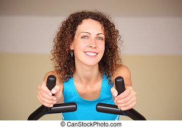 entrenamiento, mujer, joven, aparato, sonriente