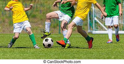 entrenamiento, y, ordenación del fútbol, entre, juventud, teams., niños jóvenes, jugar al fútbol