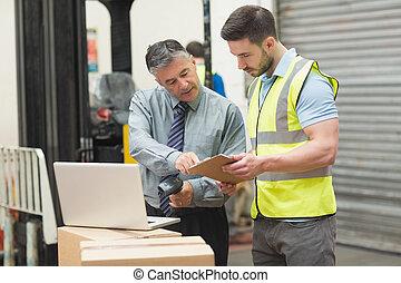 entrepôt, balayage, ouvriers, paquet