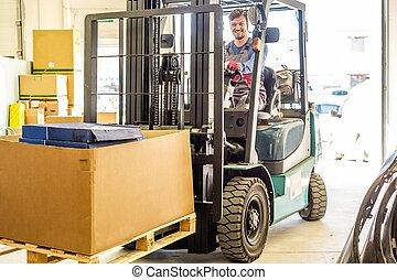 entrepôt, camion chariot élévateur fourche, conduite, homme