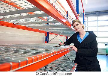 entrepôt, femme affaires, presse-papiers, écriture