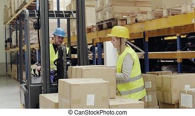 entrepôt, femme, chargement, ouvrier, boxes.