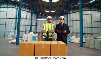 entrepôt, livrer, pousser, ouvriers usine, boîtes, paquet, chariot
