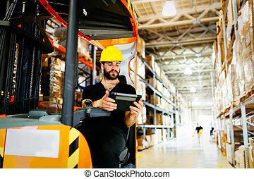 entrepôt, ouvrier, faire, logistique, travail, à, élévateur,...
