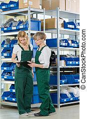 entrepôt, pendant, travail, femmes