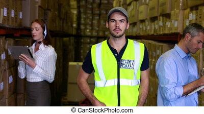 entrepôt, sourire, appareil photo, ouvrier