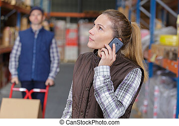 entrepôt, téléphone, ouvrier, femme, utilisation