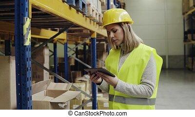 entrepôt, tablet., femme, ouvrier