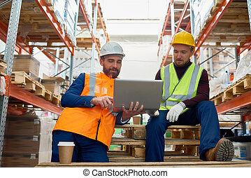 entrepôt, utilisation, ouvriers, ordinateur portable, deux